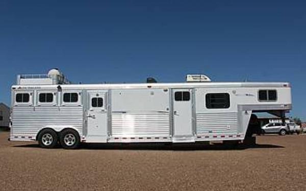 Elite 4 Horse Slant w/Extra Nice Living Quarter